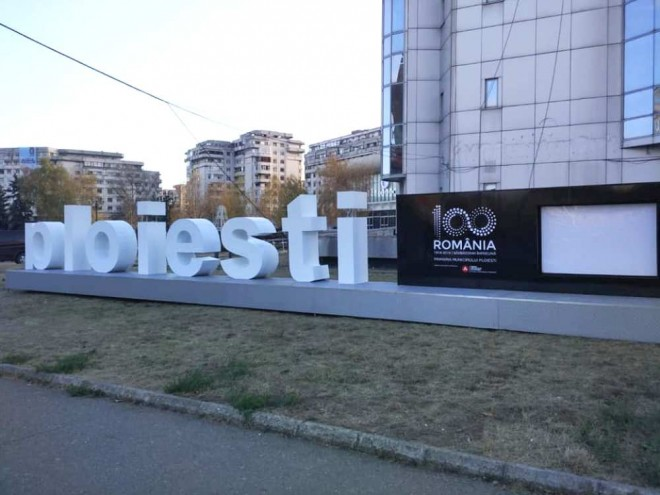 Au fost montate literele volumetrice cu numele orasului, in fata noului sediu al Primariei Ploiesti