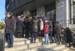 Angajatii de la Finante Prahova continua sa protesteze in fata sediului