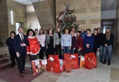 Angajatii CJ Prahova au fost Mos Craciun pentru copiii din centrele de la Secaria si Izvoarele