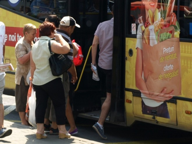 Pensionarii, veteranii şi elevii din Ploieşti riscă din nou să rămână fără transport gratuit. Nu sunt bani!