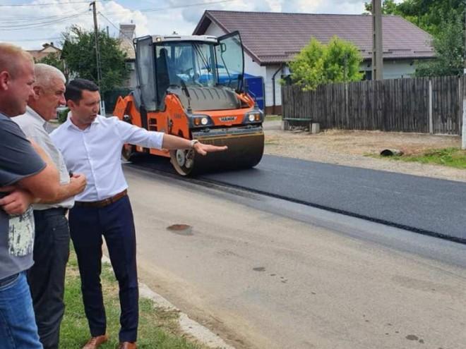 VIDEO CJ Prahova a început asfaltarea pe drumurile judeţene. Vezi lista soselelor incluse în programul din 2019!