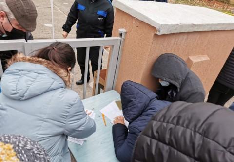 Au redus programul CAS Prahova ca sa protejeze angajatii! Ploiestenii sunt tinuti in frig si pusi sa completeze documente pe alee