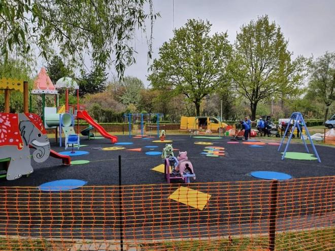 Un nou loc de joaca, poate cel mai frumos din oras, a fost realizat de Primaria Ploiesti in parcul Andrei Muresanu