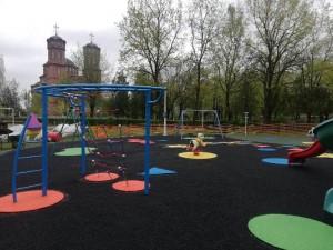 Primăria Ploiești continuă lucrările de modernizare a locurilor de joacă din oraș