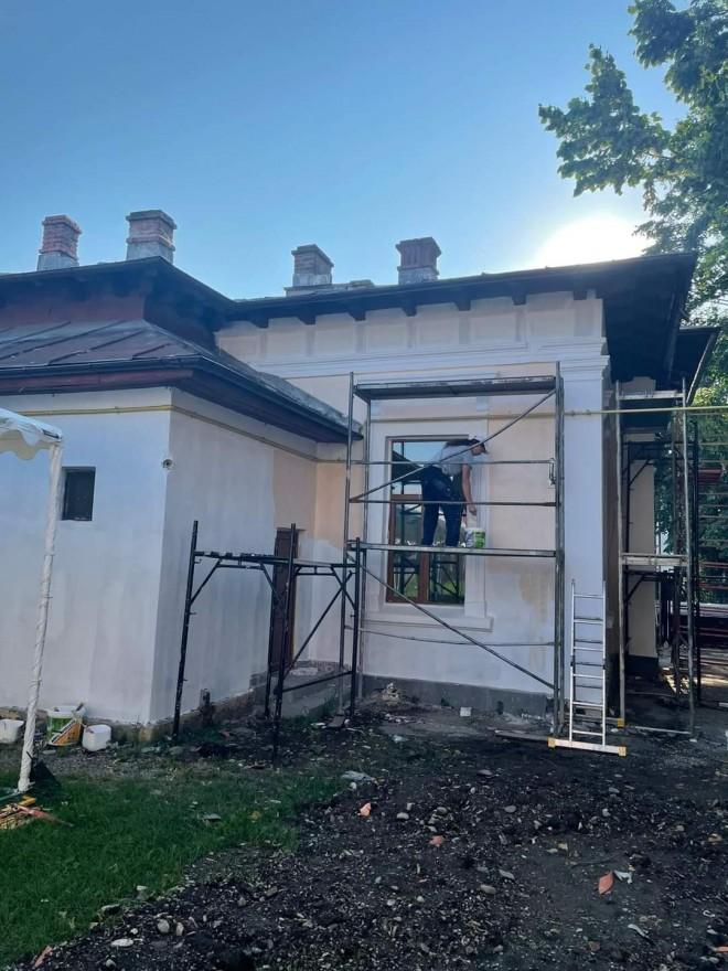 Primaria Ploiesti executa lucrari de reparatii la 25 de licee, scoli si gradinite din municipiu