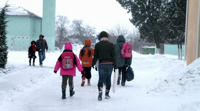 Scolile din Ploiești, deszapezite de 450 de jandarmi și angajați ISU
