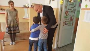 Cristian Ganea a vizitat copiii de la Grădiniţa Licurici FOTO