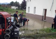 Intervenţii ale pompierilor în Bărcăneşti. Mai multe gospodării sunt inundate