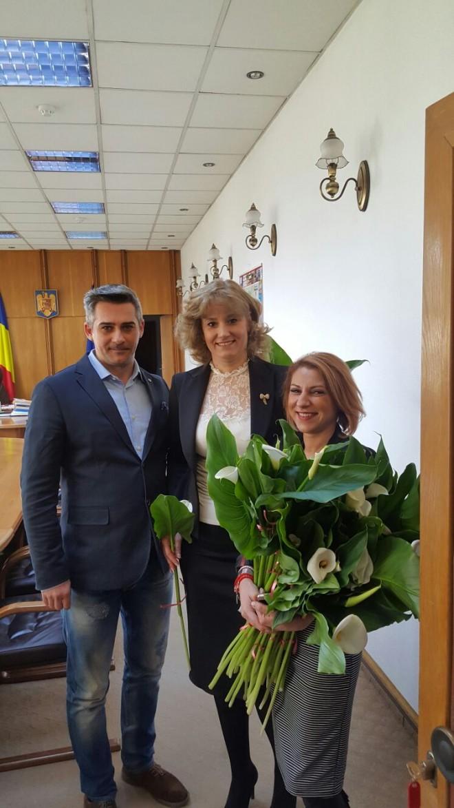 Directorul Parcului Bucov a oferit flori angajatelor din Primaria Ploiesti si Consiliul Judetean