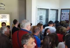 Campinenii se calca pe picioare la Biroul de Pasapoarte. Ghiseul functioneaza doar o zi pe saptamana, 4 ore!