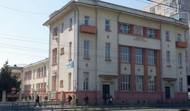 """Municipalitatea cere o expertiză pentru clădirea Școlii """"Sf. Vasile"""", la două luni după ce tencuiala a început să cadă de pe imobil"""