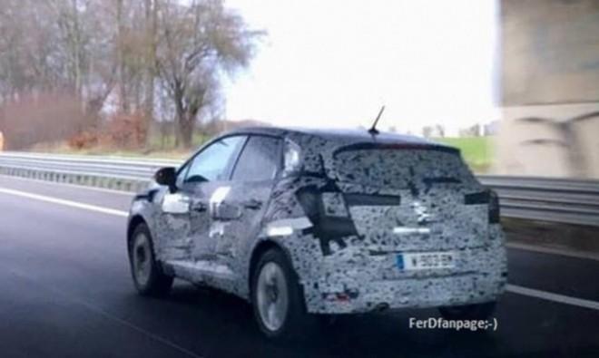 Primele imagini spion cu noua Dacia Sandero (Foto)