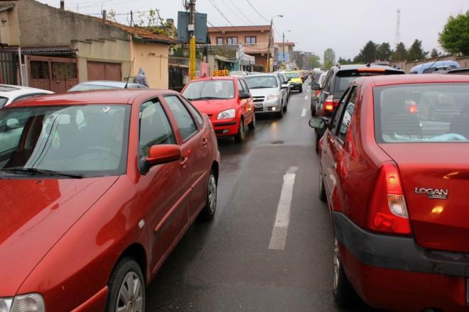 Semnele din trafic înţelese doar de şoferi! Ce vor să transmită cu farurile sau luminile de avarii