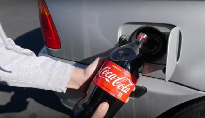 A turnat 2 litri de Coca-Cola in rezervorul masinii, apoi s-a urcat la volan. Ce-a urmat