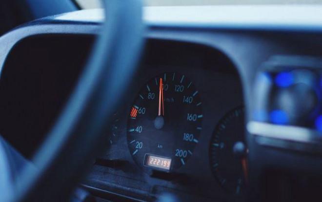 De ce vitezometrul arată alte valori faţă de viteza reală de deplasare
