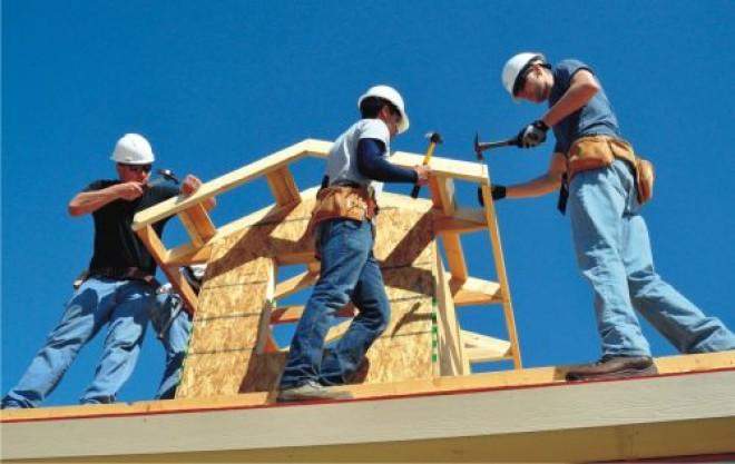 Angajații din construcții au salarii mai mari, dar vor avea mai puțini bani la pensie