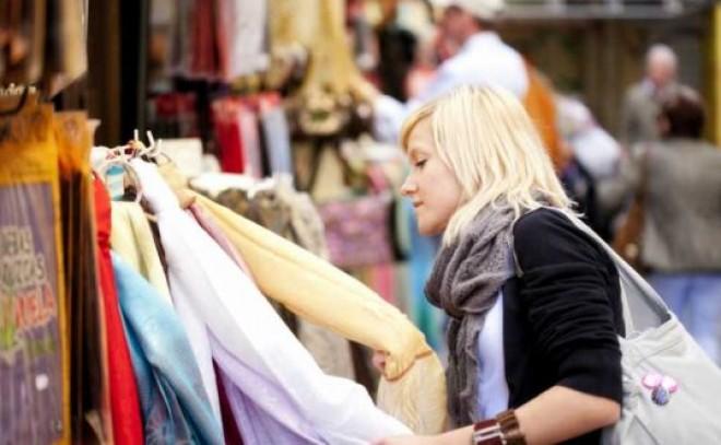 Vești bune pentru sute de români! O cunoscută firmă de haine revine în peisajul autohton