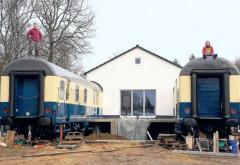 Doi tiner au cumpărat două vagoane vechi de călători și le-au transformat în propria lor casă. Un interior ce merită văzut!