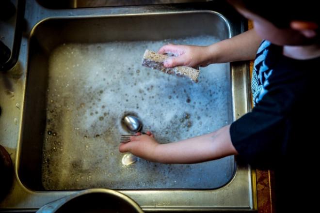 Nu mai spăla vasele cu buretele! Iată de ce e mai bine să le speli cu mâna!