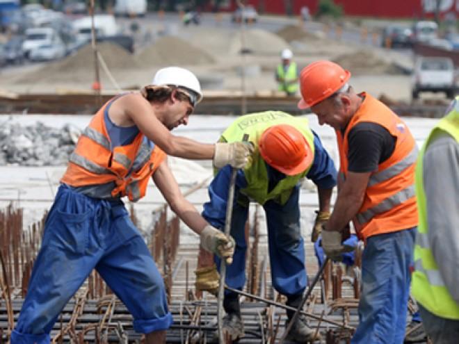 100.000 de muncitori români din străinătate riscă să rămână fără serviciu