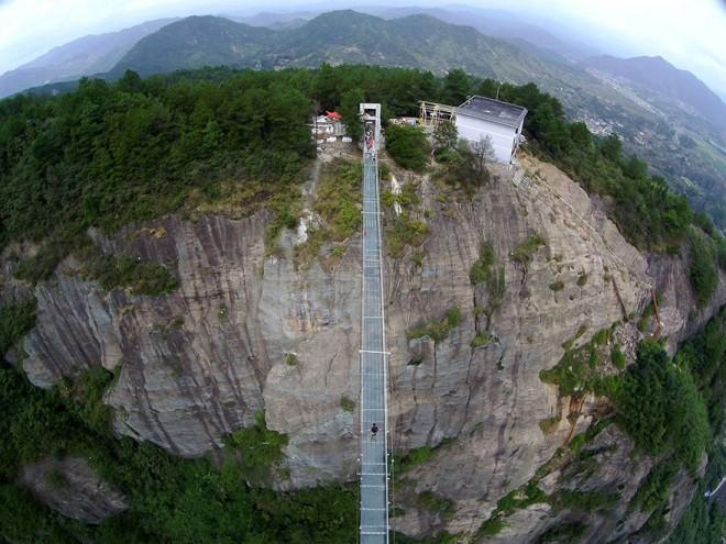 Cel mai lung pod de sticlă din lume, inaugurat în China
