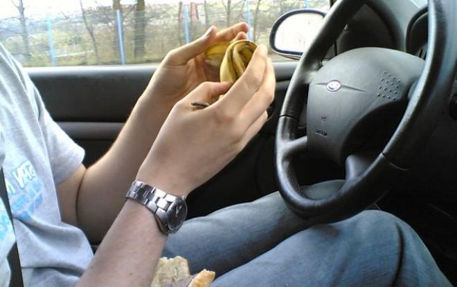 Ce spune legea: avem voie sau nu să mâncăm la volan?