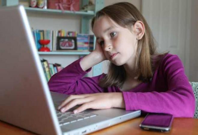 Invaţă-ţi copilul cum şi cât să folosească reţelele sociale şi aparatele digitale
