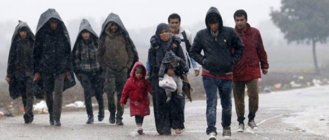 Poza zilei: SCLAVA musulmancă – EA desculță și cu doi copii în brațe, ei șapte bărbați încălțați și cu mâinile în buzunar. Chiar nu are suflet o femeie în cultura musulmanilor?