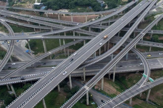 """Nici GPS-ul nu a mai rezistat: """"Ia-o pe unde vrei şi lasă-mă!"""". Cel mai mare nod rutier din lume a fost dat în folosinţă: cinci nivele, 20 de benzi şi opt direcţii"""