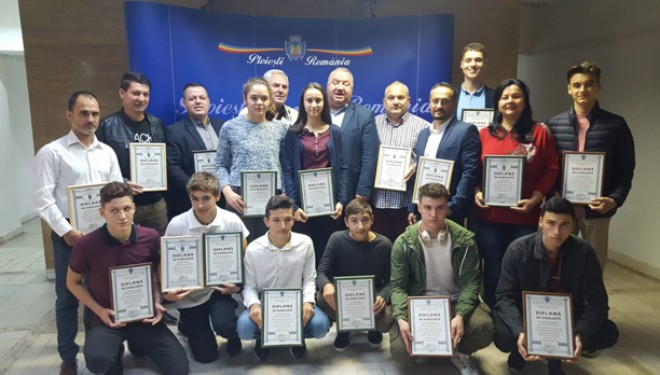Viceprimarul Ganea i-a premiat pe elevii Clubului Sportiv Școlar Ploiești care au obtinut rezultate bune la Campionatele Scolare