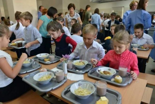 Continuă programul pilot 'Masa caldă în școli': OUG pentru majorarea valorii pachetului alimentar de la 7 la 10 lei