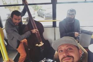 """JAZZ IN THE BUS. Autobuzul 30 din Ploieşti, """"scena"""" unui concert LIVE de Jazz. Ce reacţii au avut călătorii"""