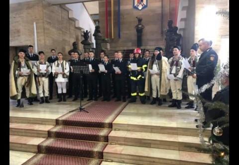Viitorii pompieri au colindat autoritatile judetene