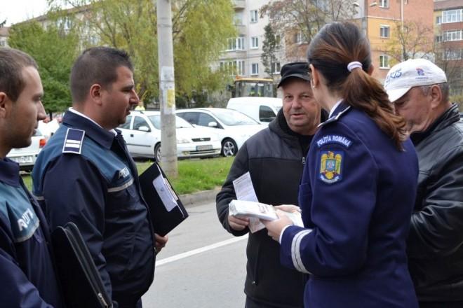Politistii prahoveni au explicat persoanelor in varsta la ce riscuri se expun cand deschid usa necunoscutilor