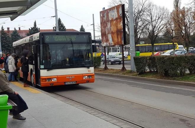 Incident șocant la Ploiești: O tânără a fost rănită după ce a căzut din autobuzul în mers pe un geam care s-a desprins