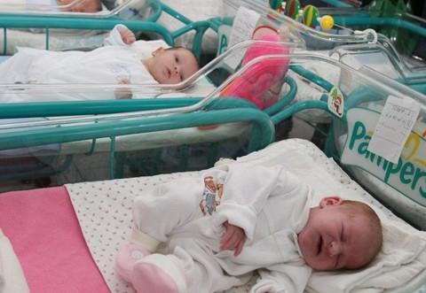 Mămicile ar putea primi, la naștere, un trusou în valoare de 750 de lei
