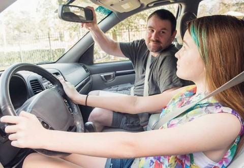 """S-au crezut in America! Fiica de 15 ani la volan, asistată de tatăl care o """"invata"""" sa conduca. Încă un dosar penal """"în familie"""""""