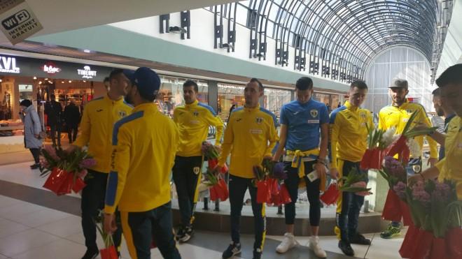 Fotbalistii de la Petrolul vor imparti flori si autografe, de 8 Martie, intr-un complex comercial din Ploiesti