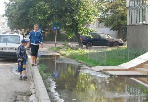 Inundatie in Bariera Bucuresti. O conducta care s-a spart a umplut strazile cu apa