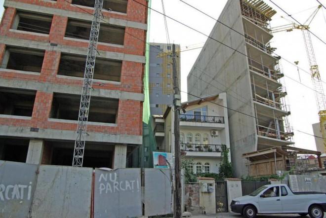 Decizia Inaltei Curti: Persoanele care construiesc fără autorizaţie nu pot obține dreptul de proprietate asupra noilor construcții