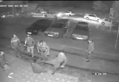Specii inumane! VIDEO Tânăr bătut cu sălbăticie de un grup de taximetrişti după un conflict cu unul dintre colegii acestora