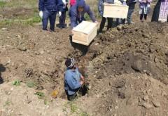 Cei 8 copii morti la Maternitatea Ploiesti, ținuți la morga 13 ani, au fost astăzi înmormântați