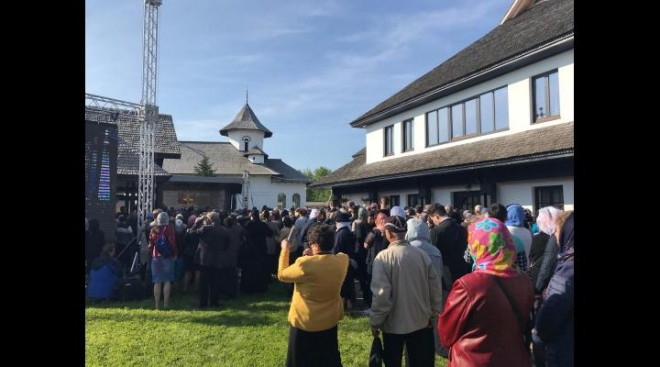 VIDEO Patriarhul Daniel, așteptat la Mănăstirea Turnu. Mii de credincioși participă la sfințirea bisericii principale
