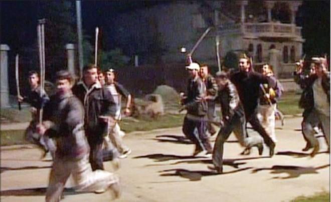 Filmul incidentului în care un bărbat s-a tăiat într-o sabie. Scandal cu săbii în cartierul Mimiu din Ploiești!