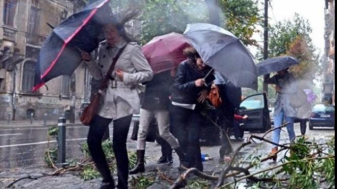 PROGNOZA METEO. Ploi torenţiale şi vijelii în weekend în mare parte din ţară