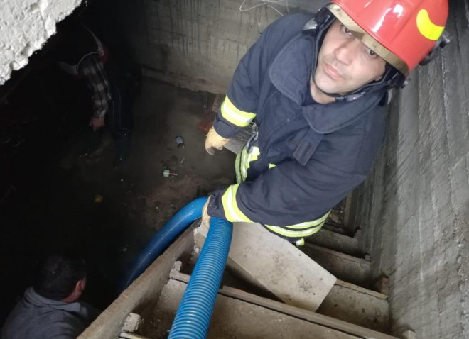 ISU Prahova intervine în continuare, sâmbătă, pentru a scoate apa din 11 case inundate