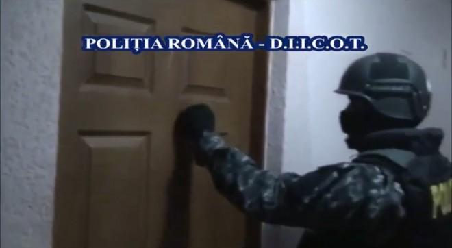 Descinderi în Ploiești, după ce indivizi cu cagule au spart sediile unor societăți comerciale