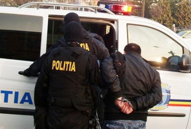 Medic prins în flagrant în centrul Ploieștiului când încerca să ia un credit cu acte false. Barbatul si doi complici, ridicati de mascati
