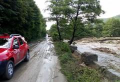 Patru localități afectate de inundații, azi-noapte, în Prahova. Un drum județean este blocat și peste 1.000 de consumatori nu au energie electrică