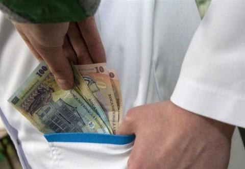 """""""Pacientul sub acoperire"""" a facut prima victimă. Angajatul unui spital din Bucureşti, concediat după ce a luat bani de la un pacient fals"""